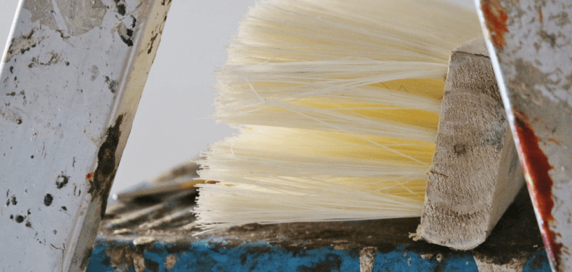 quast-tapezieren-tapezierpinsel-auf-einer-leiter