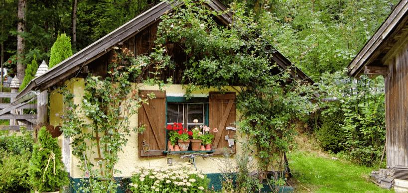 sueßes-gartenhaeuschen-mit-vielen-pflanzen