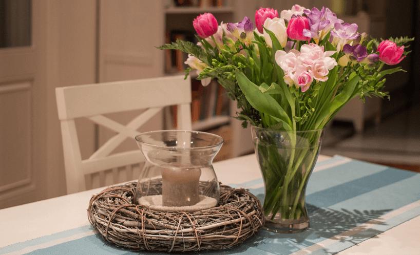 tisch-mit-blumenvase-und-windlicht-im-landhausstil