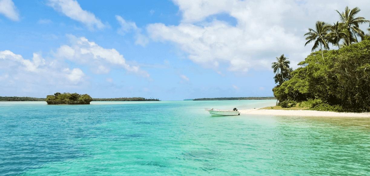 karibische-insel-mit-kleinem-boot