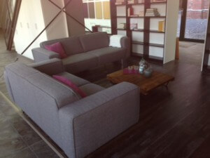 Couch in grauem Stoff