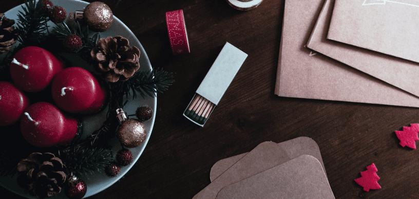 Adventskrank auf Teller mit Weihnachtskugeln und Streichhölzern