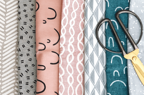Stoffe mit bunten Mustern und Schere