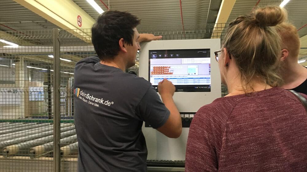 Schichtleiter erklärt Fertigungsprozess