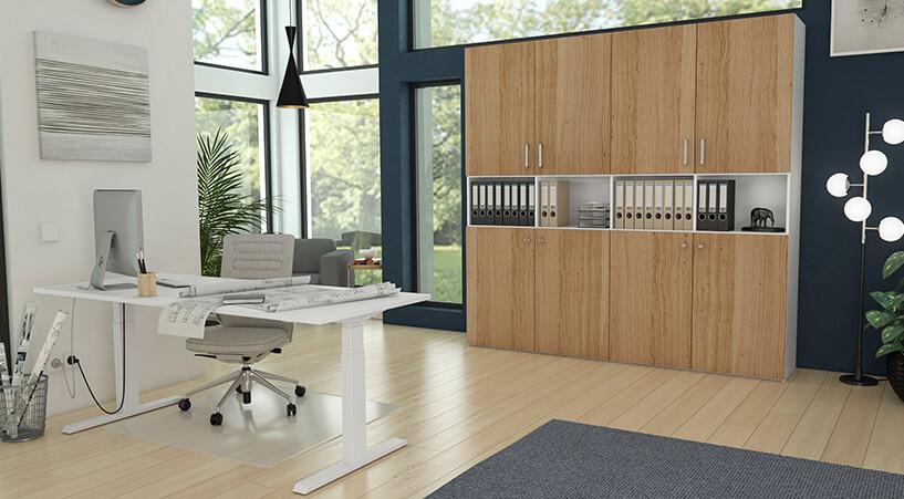 Büro mit Aktenschrank und höhenverstellbarem Schreibtisch