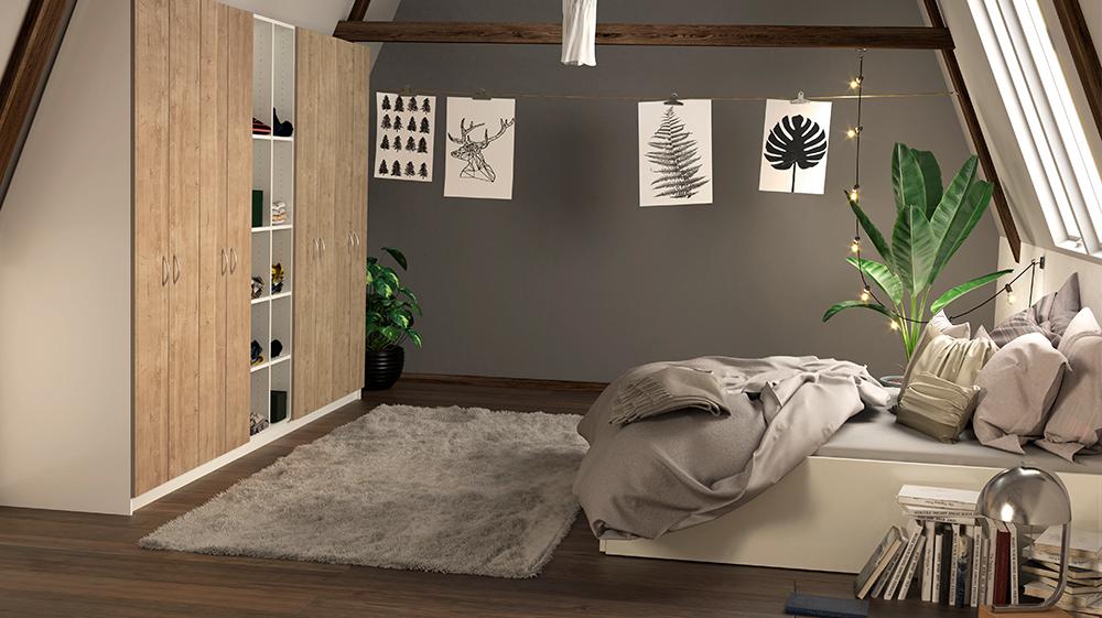 Schrank mit Schräge hinten in Wildeiche und weißes Bett unter einem Dachfenster