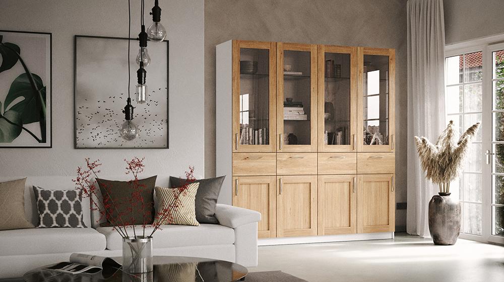 Vitrine mit Eiche Furnier-Rahmenfront in einer Zimmerecke, daneben ein weißes Ledersofa mit Kissen